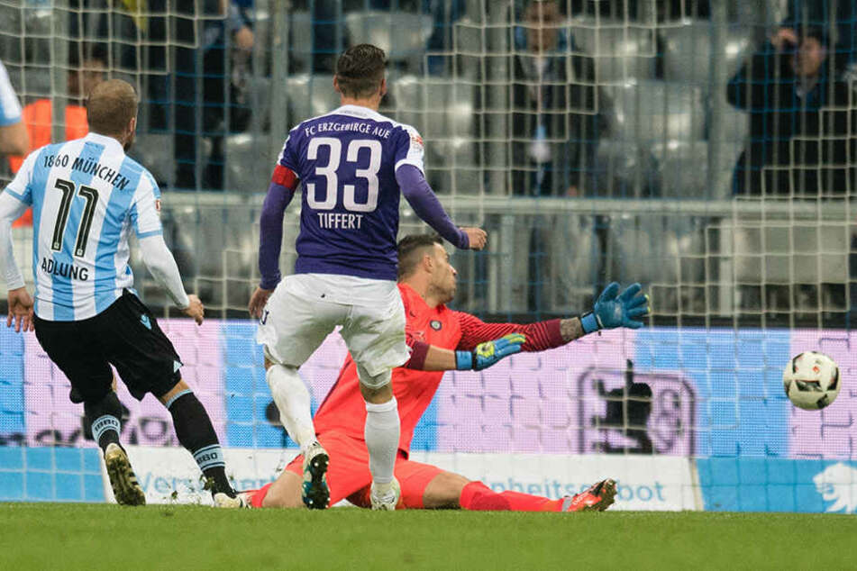 Der bittere 2:6-Schlusspunkt in München durch Daniel Adlung (l.). Christian Tiffert kann dem Ball nur hinterherschauen.