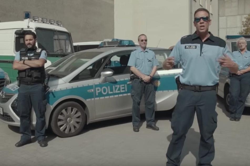 Auch die Polizisten rappten teilweise in dem Video.