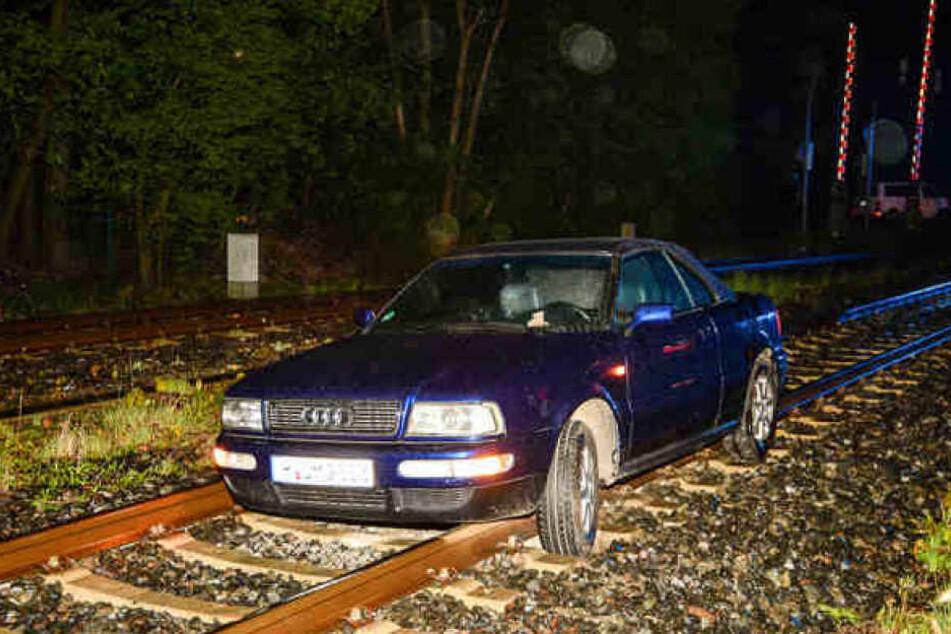 Die Betrunkene blieb mit ihrem Auto auf den Schienen liegen.