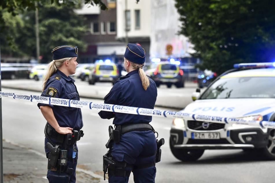 Polizisten sichern eine Straße in Malmö.