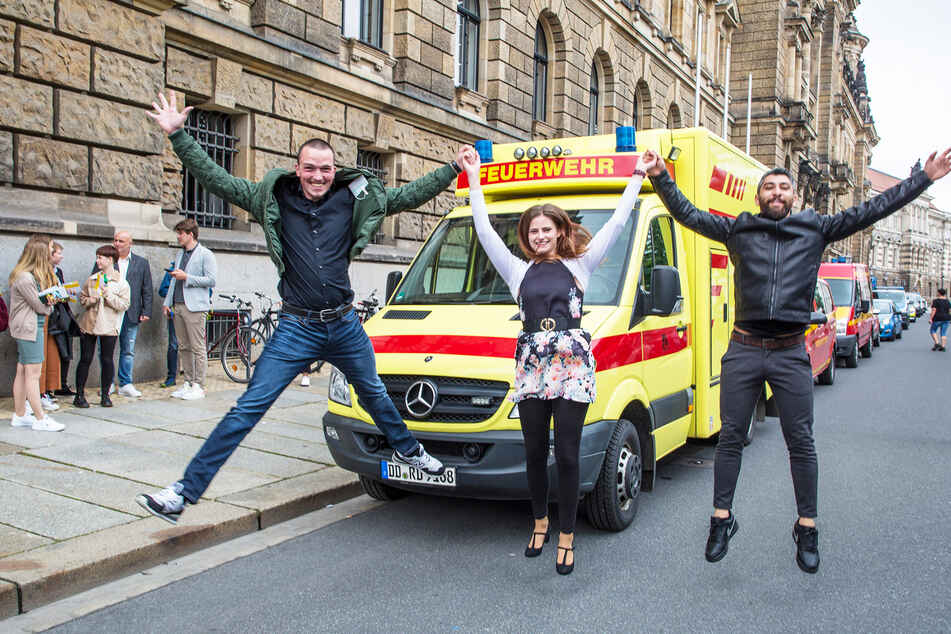 Marcel Hauswald (26, l.), Kim Riesner (19) und Maath Radeef (26) freuen sich, dass ihre Ausbildung zu Notfallsanitätern startet.