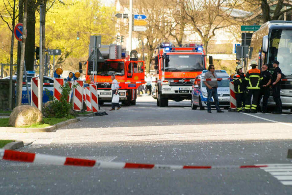 Die Feuerwehr hat den Bereich abgesperrt, falls noch weitere Scheiben runterfallen.