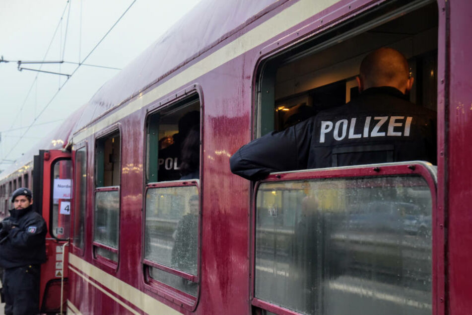 Der Zug steht auf dem Bahnhof in Greven, nachdem er dort von der Polizei gestoppt wurde.
