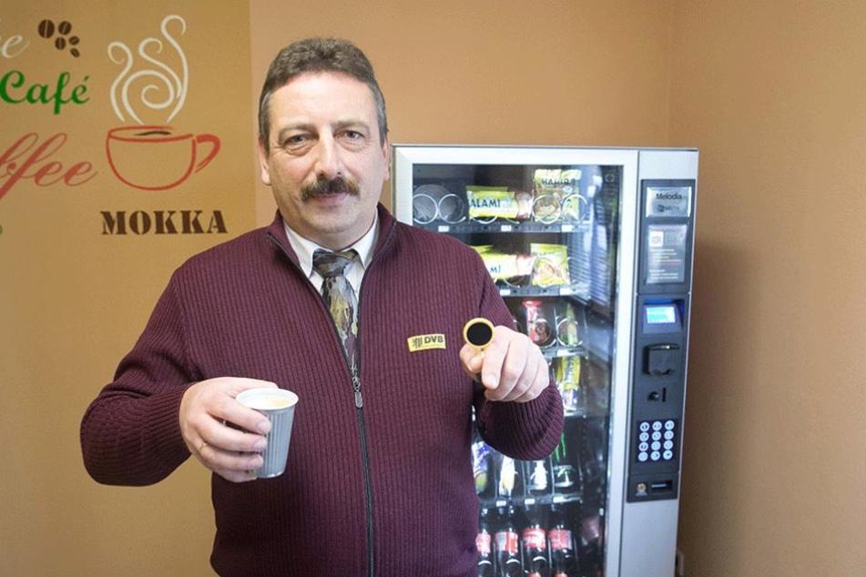 Thomas Kiehn (51) zeigt seinen Chip für den bargeldlosen Kaffeeautomaten.