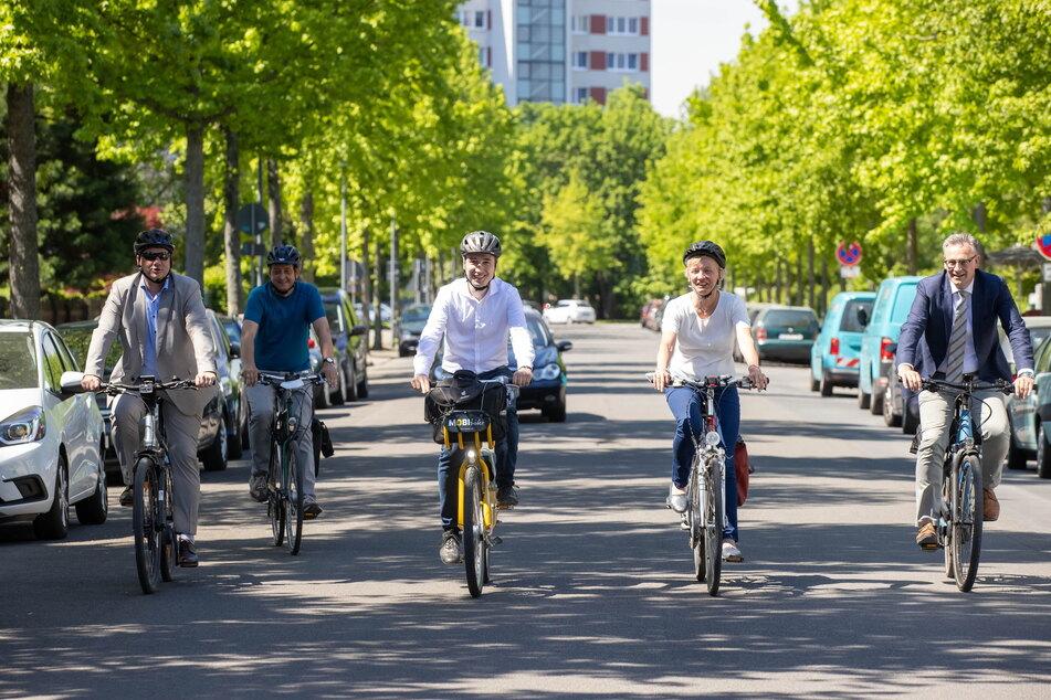 Im Juni sind OB Dirk Hilbert (49, FDP, l.) und Baubürgermeister Stephan Kühn (41, Grüne, M.) die Strecke der künftigen Fahrradstraße schon einmal abgeradelt.