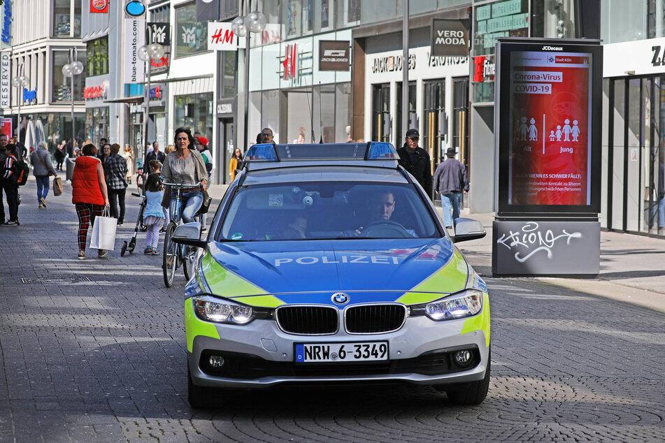 Eine Streife der Kölner Polizei auf der Schildergasse.