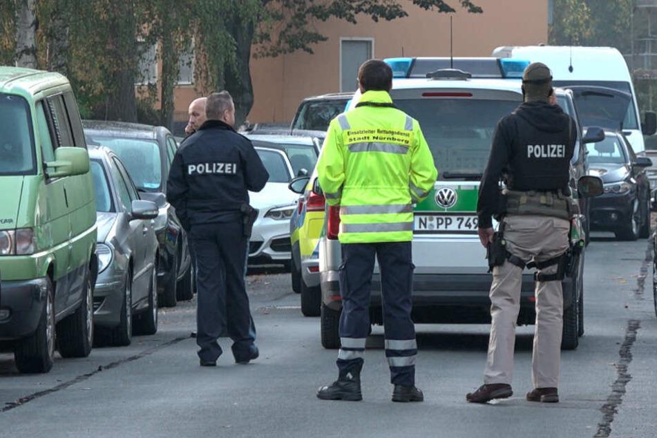 Spezialkräfte der Polizei stehen am Einsatzort in Nürnberg.
