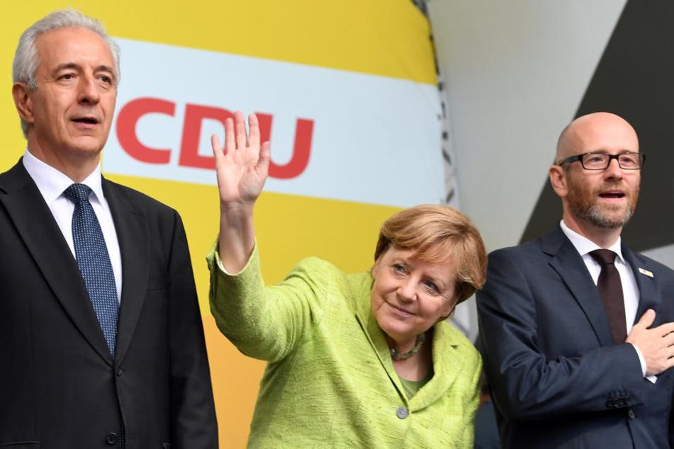 Neben Kanzlerin Angela Merkel waren auch Sachsen-MP Stanislaw Tillich (l., 58) und CDU-Generalsekräter Peter Tauber (r., 43) in Torgau.