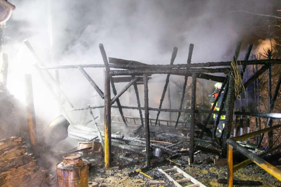 Feuerwehr muss brennende Gartenlaube retten, doch Wasser wird zu Eislaufbahn