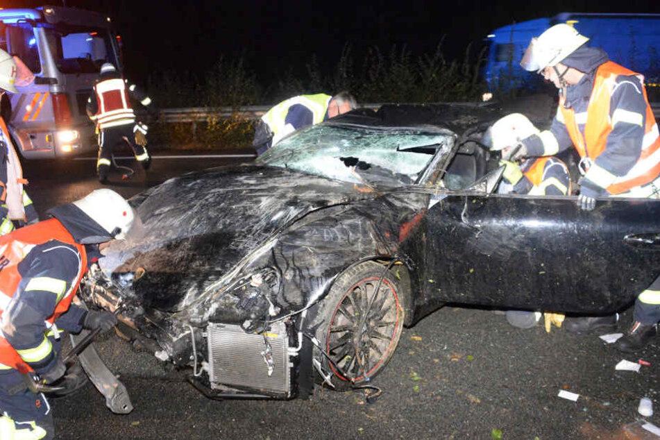 Der Sportwagen war nach dem Crash völlig zerstört.