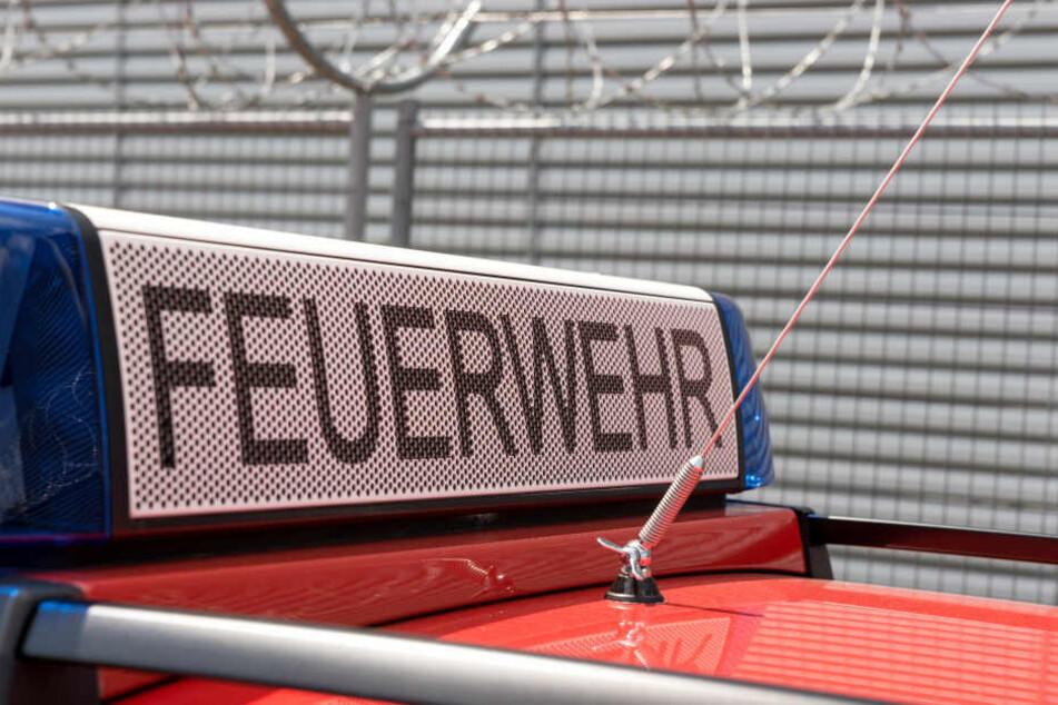 Die Feuerwehr war im Einsatz, um die Flüssigkeit zu binden. (Symbolbild)