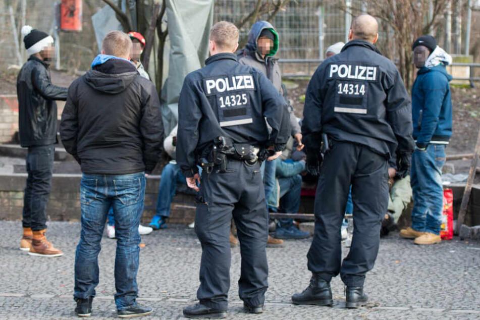 Polizisten überprüfen mutmaßliche Drogenhändler und deren Besucher im Görlitzer Park in Berlin. (Archivbild)