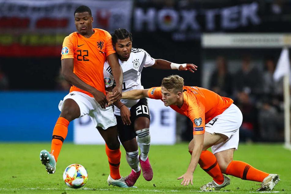 Voller Einsatz: Serge Gnabry (M.) kämpft gegen Denzel Dumfries (l.) und Matthijs De Ligt um den Ball.