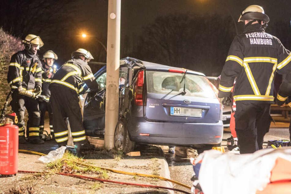 Auto gegen Laternenmast geschleudert: 25-Jähriger schwer verletzt!