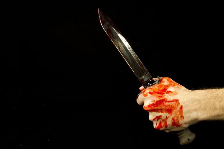 Ein 25-Jähriger wurde mit einem Messer schwer verletzt.
