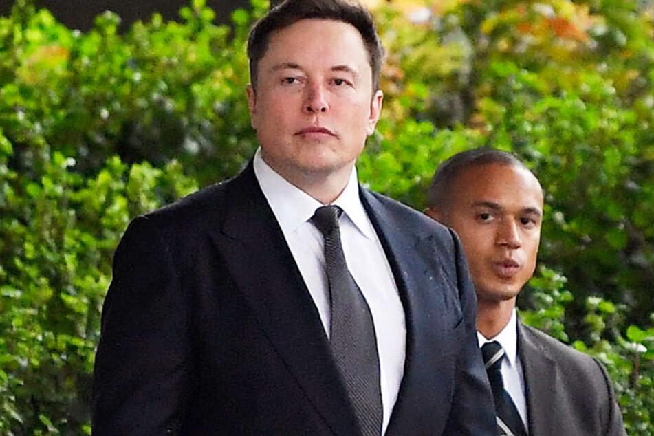 Unternehmer Elon Musk (l.) ist von einem Gericht freigesprochen worden.