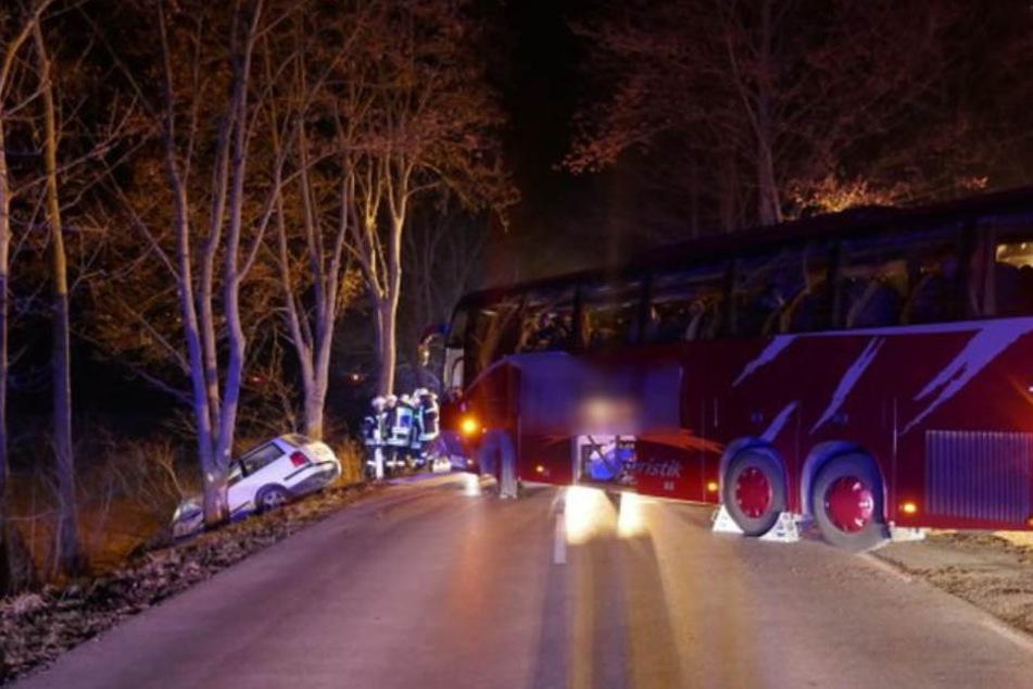 Der Autofahrer rauschte mit voller Wucht gegen den Reisebus.