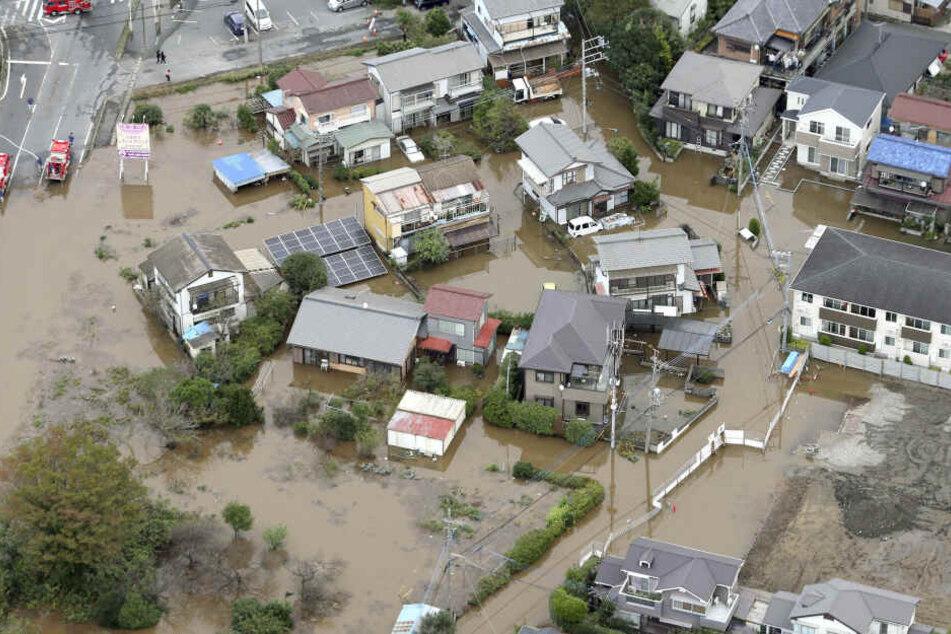 Ein Wohngebiet ist nach sintflutartigen Regenfällen in der Stadt Sakura, Präfektur Chiba, östlich von Tokio aüberflutet.
