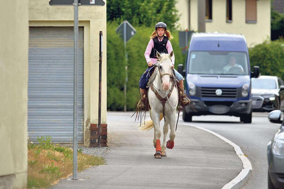 Ungewohnter Anblick: Elayn Hunger (12) kam mit dem Pferd zur Zeugnisausgabe in die Oberschule Neukirchen.