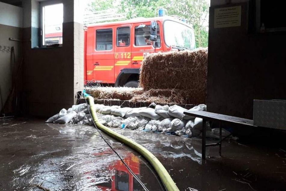 Die Feuerwehr versucht das Wasser aus dem Gebäude zu pumpen.