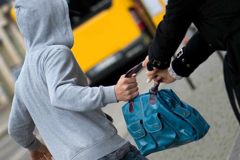 Die 49-Jährige hielt ihre Handtasche fest und schlug auf den Mann ein. (Symbolbild)