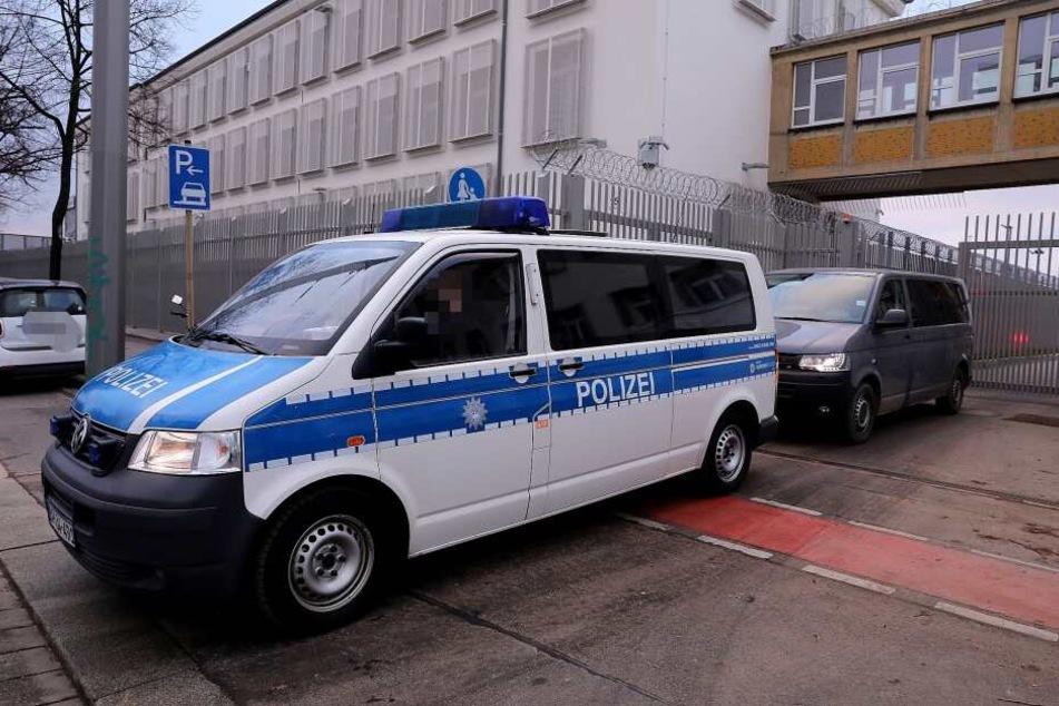Die Bundespolizei beim Verlassen des Asylheims in der Hamburger Straße.