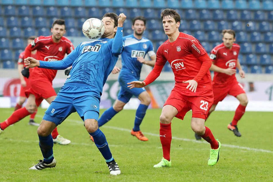 Jonas Acquistapace (r.) mit Magdeburgs FCM-Torjäger Christian Beck.