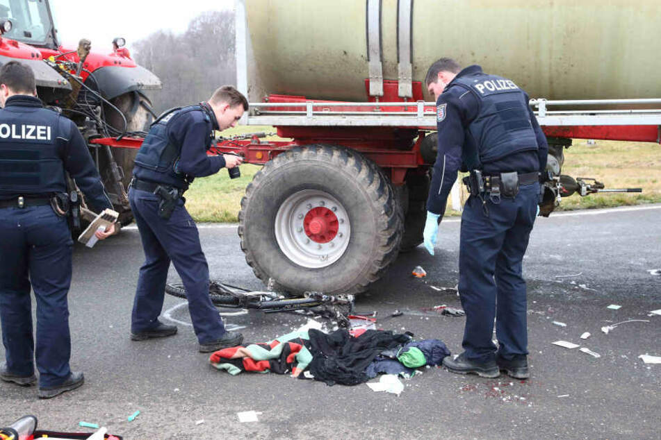 Tödlicher Unfall! Radfahrer wird von Traktor überrollt und stirbt