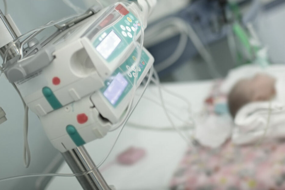 Ein kleines Baby kämpft im Krankenhaus ums Überleben. (Symbolbild)