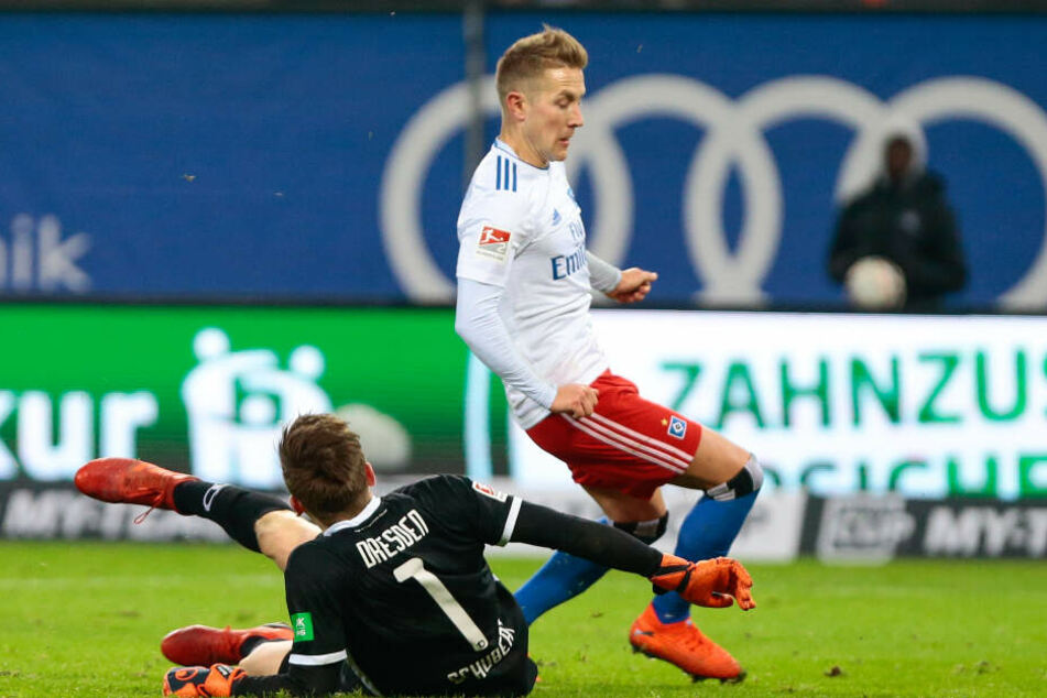 Der entscheidende Moment: nach einem unglücklichen Rückpass von Linus Wahlqvist schießt Markus Schubert Lewis Holtby an.