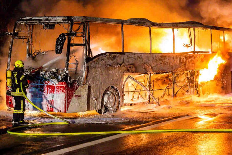 Der Reisebus brannte lichterloh. Die Brandursache ist noch unbekannt.