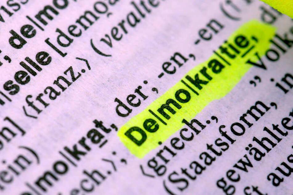 """Eigentlich das Fundament unserer modernen Gesellschaft: Das Wort """"Demokratie"""" im Duden markiert. (Symbolbild)"""