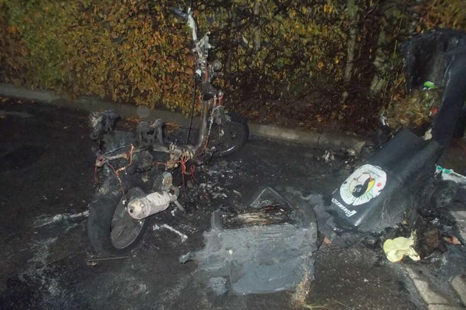 Der Roller verbrannte fast vollständig, eine angrenzende Hecke und drei Mülltonnen wurden ebenfalls beschädigt.