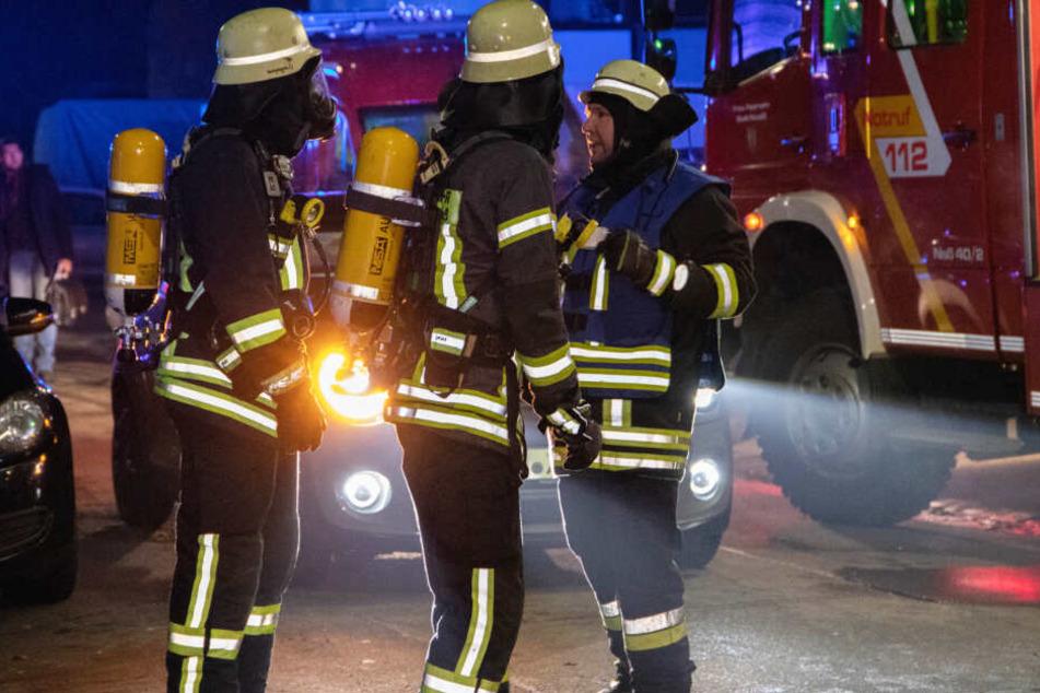 Die Einsatzkräfte konnten eine schwer verletzte Frau aus einer Wohnung retten.
