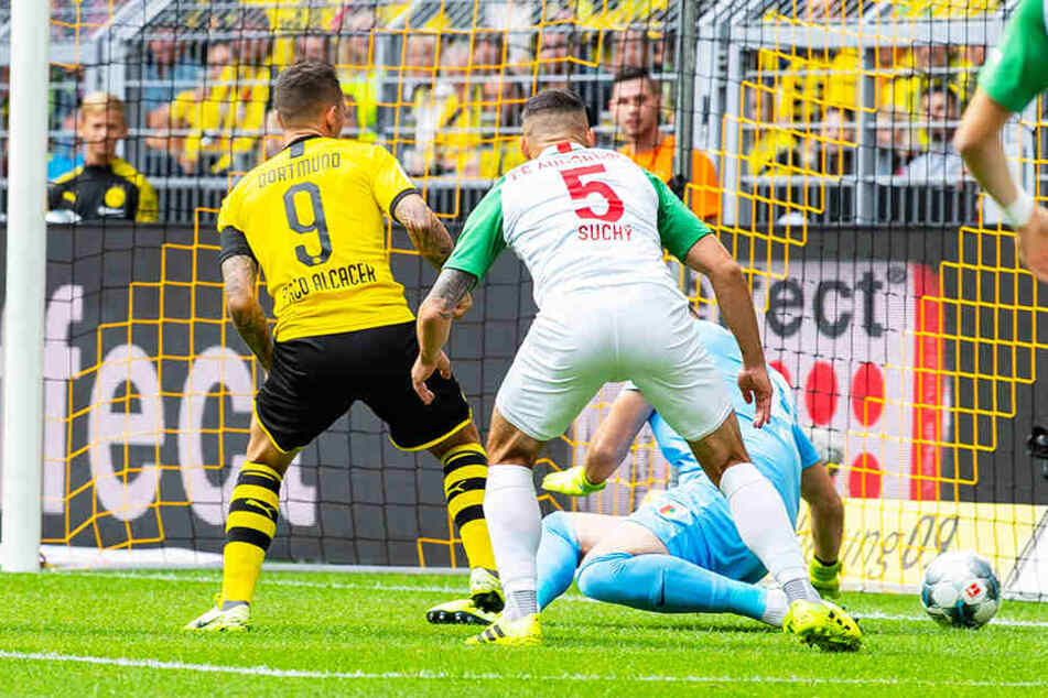 BVB-Stürmer Paco Alcacer (l.) trifft in dieser Szene zum 1:1-Ausgleich für Dortmund.