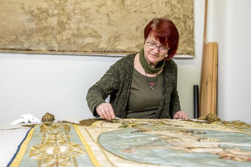 Birgit Seeländer vom Stadtmuseum Dresden arbeitet gerade an einer historischen Fahne.