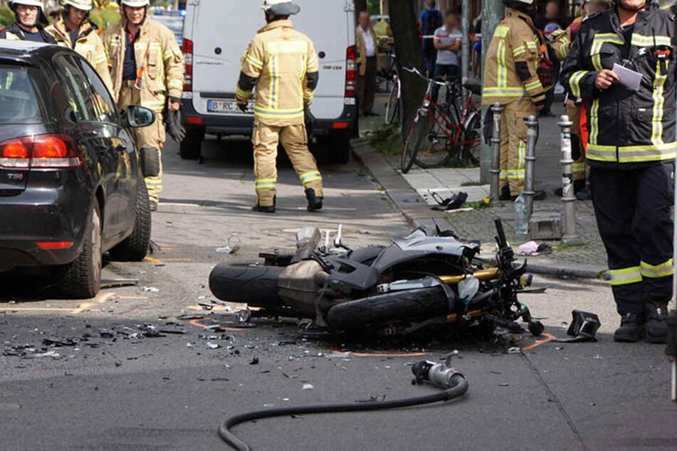 Die Feuerwehr und Polizei sicherten die Unglücksstelle. Mehrere Schaulustige fanden sich ein. Behinderten aber nicht den Einsatz.