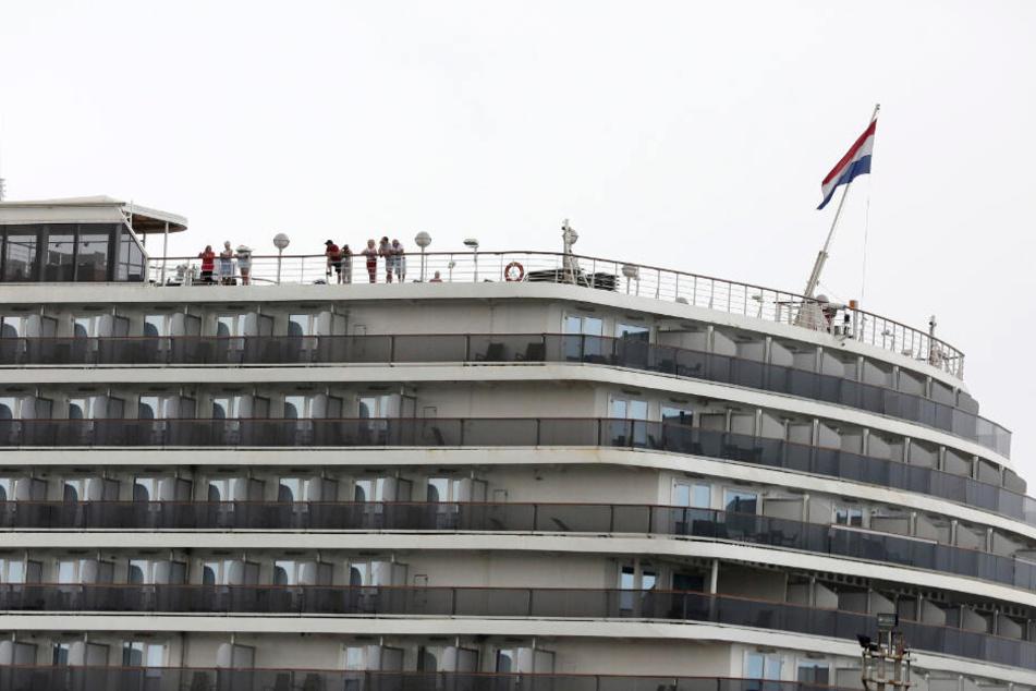 Passagiere stehen auf dem Oberdeck der Westerdam.