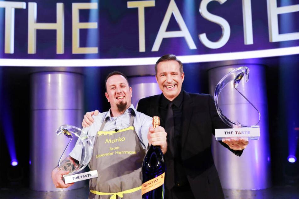 """Der Sachse Marko Ullrich (36, l.). freut sich mit seinem Coach Alexander Herrmann (48) über den Sieg in der Sat.1-Kochshow """"The Taste""""."""