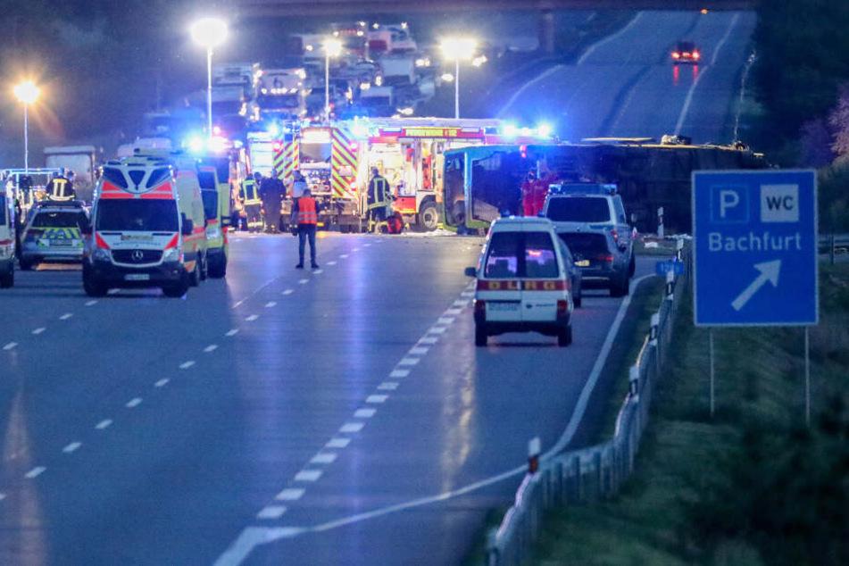 """Der Reisebus war am Rastplatz """"Bachfurt"""" bei Leipzig an einer Böschung umgekippt, neben der getöteten Italienerin wurden 75 weitere Menschen teils schwer verletzt."""