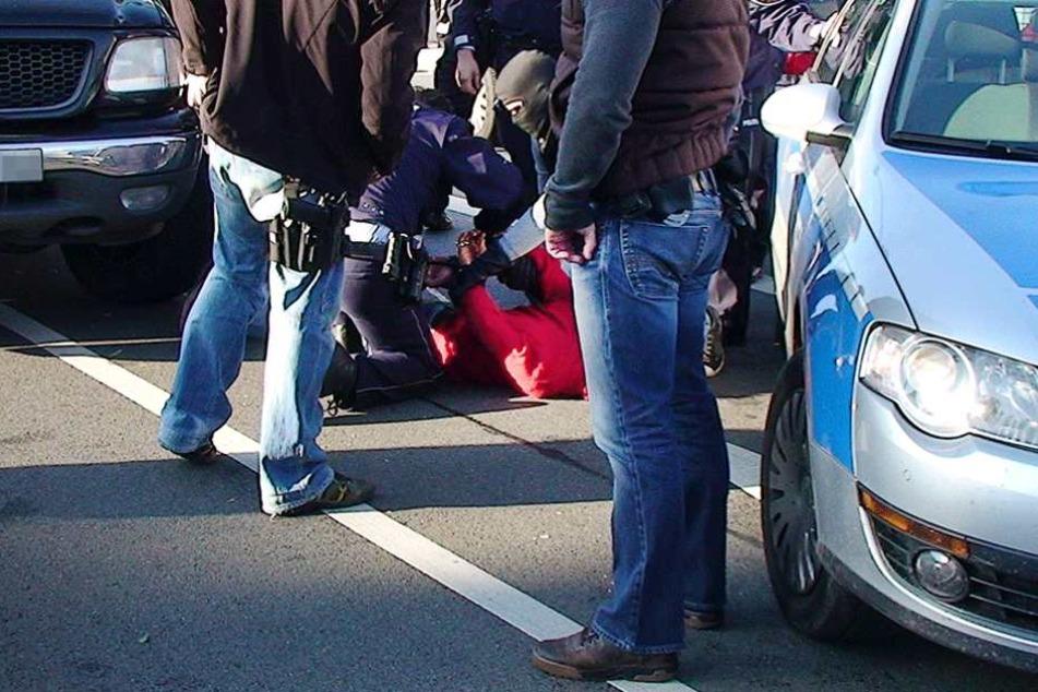 Nach einer spektakulären Verfolgungsjagd konnte der verurteilte Straftäter überwältigt werden. (Symbolfoto).