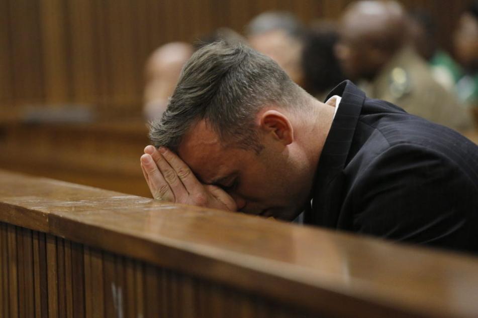 Der 31 Jahre alte Ex-Sprinter hatte am Valentinstag 2013 seine damalige Freundin Reeva Steenkamp in seinem Haus mit vier Schüssen durch eine Toilettentür getötet.