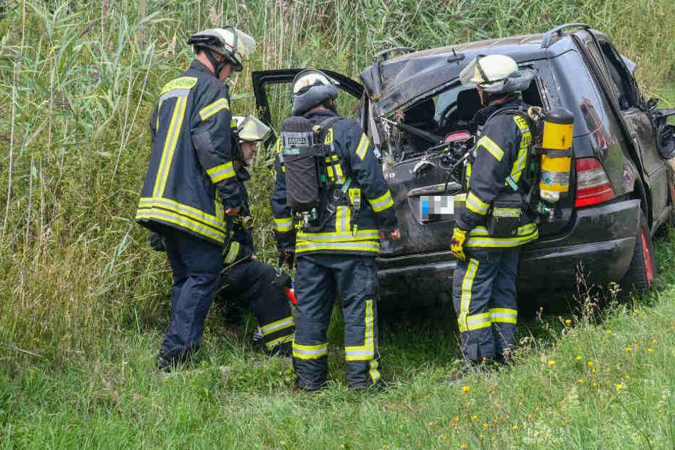 Weil ein Zischen vernommen wurde, zogen Ersthelfer den Verletzten schnell aus seinem Fahrzeug.