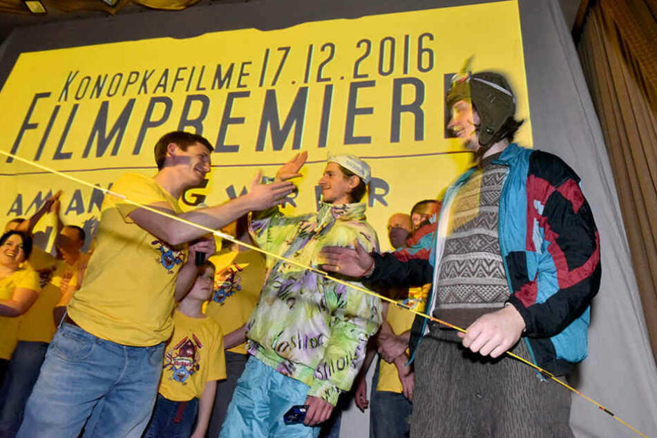 Patrick Konopka (34) und seine Freunde, die am Film mitgewirkt haben, bei der  Premiere am Samstag.