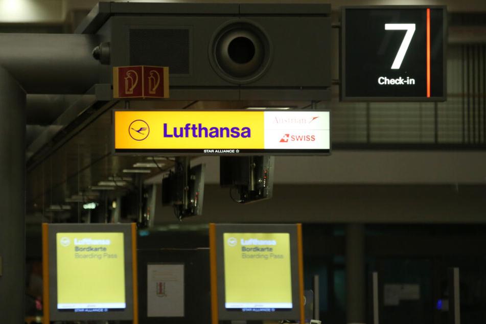 Ein geschlossener Lufthansa-Schalter ist nach Mitternacht am Flughafen Hamburg zu sehen.