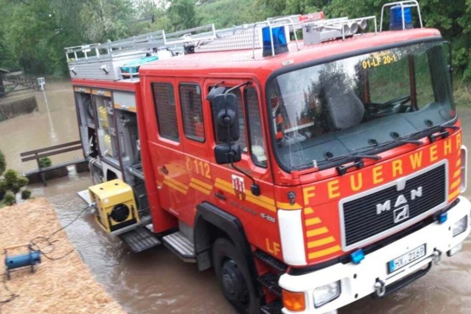 Feuerwehr im Einsatz: Reithalle mit 30 Pferden droht abzusaufen