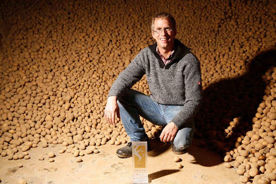 Mit Kartoffeln und Sieger-Trophäe: Bernhard Probst (39) ist der beste Biolandwirt  der Republik.