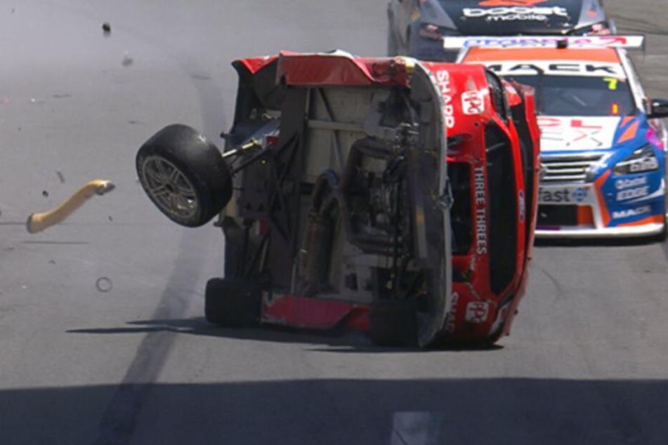 Scott McLaughlin rutscht nach einem heftigen Einschlag in die Mauer über die Rennstrecke.