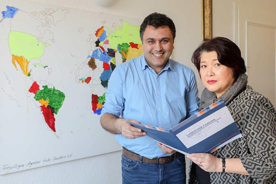 Die ehrenamtliche Demokratieberaterin Mika Kaiyama (r.) und Mamad Mohamad, Geschäftsführer des Landesnetzwerks Migrantenorganisationen Sachsen-Anhalt (Lamsa).