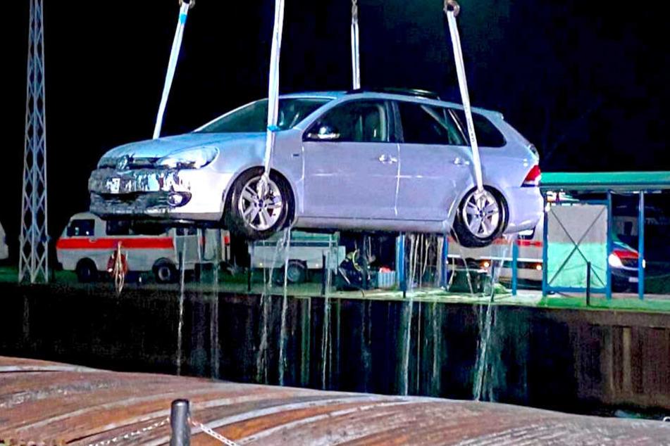 Auto nachts aus Hafenbecken geborgen